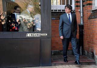 Cataloniens tidligere leder, Carles Puigdemont, forlader et fængsel i Tyskland i april 2018, efter en tysk domstol har nægtet at udlevere ham til retsforfølgelse i Spanien.