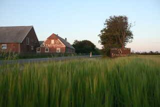 I 2007 købte vennerne en gård lidt uden for Stauning, og efter halvandet år med renovering begyndte det endelig at dufte af maltbyg og whisky i de nye, store lokaler.