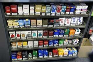 En række butikker landet over har fjernet cigaretterne fra hylderne og har dem under disken, hvor de er mindre synlige for kunderne. Det har en effekt på salget af cigaretter.