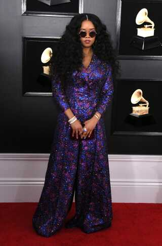 R&b-sangerinden H.E.R. ses sjældent uden sine solbriller, og de blev også på, da hun gik på den røde løber - og senere da hun modtog en Grammy for 'Bedste r&b-album'.