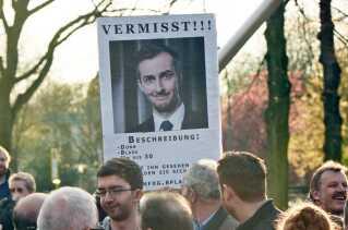 Jan Böhmermann har fået mordtrusler og er kommet under politibeskyttelse efter sin digtoplæsning. Her har en tilhænger lavet en plakat, hvor komikeren meldes forsvundet.