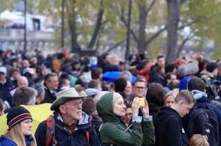 Et hav af mennesker lægger dagen derpå  vejen forbi for at se skaderne efter branden i Notre Dame.