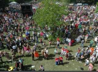 Selv om Kildeparken i Aalborg fredes, så skal der stadig være plads til nordeuropas største karneval. Foto: Folder fra Aalborg Kommune.