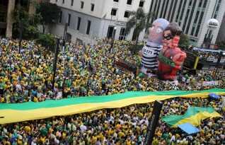 Kæmpe oppustelige dukker af Lula da Silva - i fangedragt - og Dilma Rousseff - i banditkostume - under en demonstration i Sao Paulo i marts i år.
