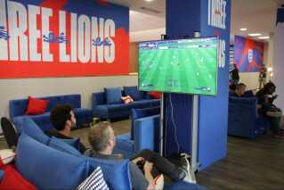 England vinder ottendedelsfinalen mod Colombia. I hvert fald i denne Fifa-dyst på Playstation i det engelske mediecenter.