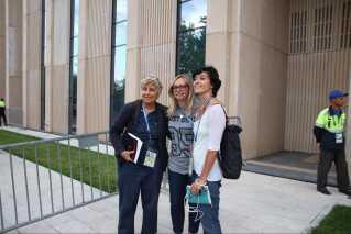 Kvindelige journalister her fra Italien og Portugal vil foreviges med Iva Olivari her foran Kroatiens træningsbane i Moskva.
