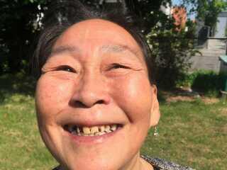 Der skal lidt overtalelse til, inden Martha Ulriksen viser sine tænder frem. Hun har 15 tilbage, og de er i dårlig tilstand.