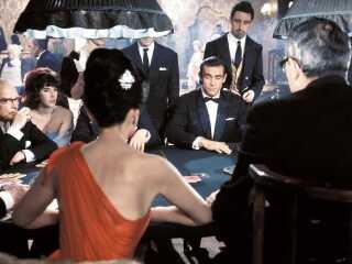 James Bond og Sylvia Trench møder for første gang hinanden på et casino i filmen Dr No fra 1962.