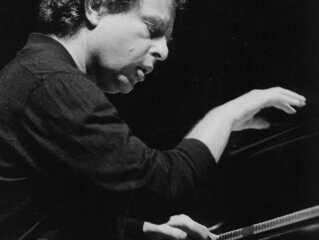 Den ungarske pianist András Schiff er både solist og dirigent, når DR Symfoniorkestret torsdag og fredag markerer, at DR Koncerthuset fylder 10 år. Det sker med Brahms og Beethoven. Foto: DR.
