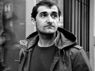 Aydin Soei har skrevet bogen De vrede unge mænd. Her er han fotograferet i Blågårdsgade.