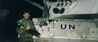 Kampvognskommandør, oversergent Jakob Hansen læsser ammunition på kampvognen efter Operation Bøllebank i Bosnien-Hercegovina i 1994.