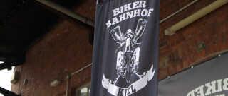 Siden Hells Angels blev forbudt i Slesvig-Holsten, har klubben ikke haft klubhus i byen, men medlemmer af klubben mødes på restauranten Biker Bahnhof.