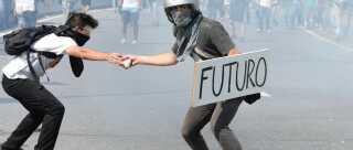 'Futuro' - 'Fremtid', står der på demonstrantens skilt, som er fotograferet under sammenstød mellem politi og demonstranter i Caracas, Venezuela, i mandags. Demonstranterne kræver nyvalg og økonomiske reformer i det kriseramte land.