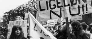 Slutningen af 1960'erne var præget af aktioner og demonstrationer fra kvindebevægelsen, imens Kvindeligt Arbejderforbund forhandlede med fagbevægelsen. I 1976 vedtog Folketinget loven om ligeløn. Dermed fik alle ansatte i Danmark krav på ligeløn, uanset om de var ansat på en overenskomst eller ej.