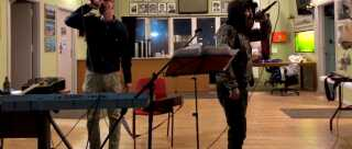 Hiphop-duon Nuuk Posse spillede til valgfesten for det selvstændighedsorienterede Partii Naleraq.