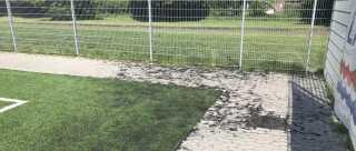 1500 tons gummi spredes hvert år fra de danske kunstgræsbaner. Ingen ved, hvor det ender.