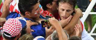 Luka Modric omfavnet af fans efter sejren over Nigeria, der sikrede Kroatien gørstepladsen i deres gruppe.