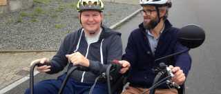 Fysioterapeut Rasmus Enemark cykler en tur med Jesper Pedersen, der er hjerneskadet. Parallelcyklen giver hjerneskadede både motion og sensoriske oplevelser.