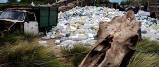 Tomme giftdunke, der har været fyldt med pesticider, bruges af lokalbefolkningen til at indsamle regnvand.