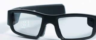 Flere af de helt store teknologifirmaer arbejder på briller, der kan vise digitale informationer direkte i glasset. Denne model kommer dog fra det mindre firma Vuzix.