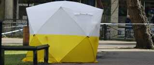 Bag dette telt gemmer den bænk sig, hvor Sergei og Yulia Skripal blev fundet.