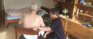Læge Lene Bruun Clausen laver et helbredstjek af 86-årige plejehjemsbeboer Verner Møller.