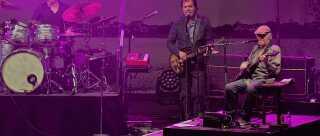 Jørn Jeppesen som guitarist i Kjukken ved bandets sidste store koncert på Smukfest i august. Foto: DR