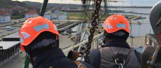 Der er ikke meget plads at gøre godt med, når man skal renovere en mast via kran. Til gengæld er der udsigt ud over hele Ebeltoft.