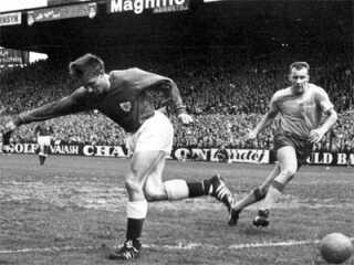 Ole Madsen i færd med at score det berømte mål i landskampen mod Sverige. Danmark vandt 2 - 1.