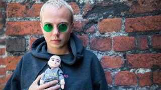 Andreas Odbjerg - her fotograferet med sit alter-ego i dukke-form - hylder Anne Linnet på sin nye single.