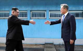 Kim Jong-un (tv.) og den sydkoreanske præsident, Moon Jae-in, mødtes for første gang den 27. april i Panmunjom.