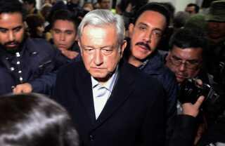 Den nyvalgte præsident, Andrés Manuel Lopez Obrador, som her besøger brandstedet, har iværksat en indsats mod tyverierne.