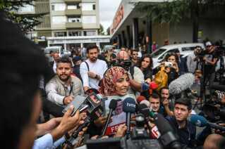 Nobelprismodtager og journalist Tawakkol Karman talte i går med pressen ved en demonstration foran det saudi-arabiske konsulat i Istanbul.