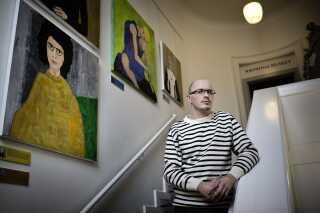 I 2013 droppede Politimuseet i København udstillingen 'Kvindedrab In Memoriam' med malerier af drabsofre efter længere tids kritik. Udstillingen blev bl.a. kritiseret, da ingen af de pårørende til de myrdede kvinder blev orienteret. 'Vi lærte, at vi ikke skal eksperimentere med formen, som vi gjorde ved at blande kunst med kriminalsager, fortæller museumsleder Frederik Strand. (arkivfoto med museumslederen)
