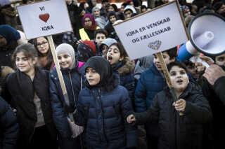 Da Iqra Privatskoles indsigelse mod afgørelsen blev afleveret til styrelsen i begyndelsen af januar, var hele skolen – både elever og ansatte – mødt op ved styrelsens adresse i det indre København for at protestere mod beslutningen. Her sang de en sang og viste deres støtte til skolen.