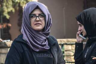 Hatice Cengiz ventede på sin forlovede Khashoggi ude foran konsulatet i Istanbul. Han kom aldrig ud til hende.