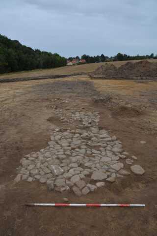 Rester af stenbrolagt vej, der ud fra fund af keramik, synes at kunne dateres til 1600-tallet. Hvorvidt vejen har eksisteret i landsbyens levetid eller er anlagt umiddelbart efter, er svært at sige med sikkerhed, men arkæologerne har nogle indikationer på, at vejen måske først er anlagt efter, at landsbyen er nedlagt.
