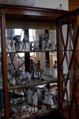 Paul Boel har mere end 40 forskellige porcelænsfiguerer i sin lejlighed i Traverse City.