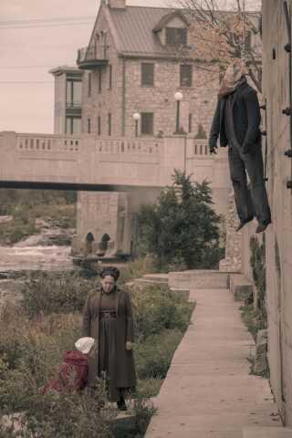 Den konstante påmindelse om, at man vil blive straffet hårdt, hvis man ikke makker ret i Gilead-styret, er blot ét af de greb, der gør serien så nervepirrende og ubehagelig. Her ses Offred (Elizabeth Moss) og Aunt Lydia (Ann Dowd) foran muren, hvor forrædere bliver hængt op.