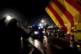 Separatister med catalanske flag protesterer, mens den tidligere catalanske minister Raul Romeva og otte andre fanger bliver flyttet fra fængsler i Catalonien til Madrid forud for retssagen i højesteret.