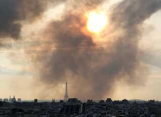 En kæmpe røgsky hang over Paris, da branden var på sit højeste mandag aften.