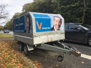 Her er det Venstres Hans A. Pedersen, der har parkeret en trailer i det sydlige Aarhus.