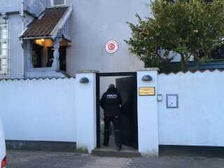 Politifolk undersøgte både haven og selve huset for spor. (Foto: Pernille Rudbæk)