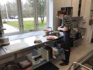 Cecilie Granbjerg får for eksempel at vide, hvornår hun skal lave mad.