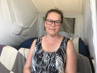 Rikke Albers er diabetiker, og hun føler sig mere tryg på festivalen med det særlige orange armbånd om håndleddet.