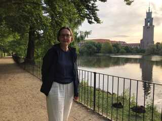 Aalborgs stadsgartner, Kirsten Lund Andersen, står her i Østre Anlæg, som er en af de fire bynære parker, kommunen vil frede.