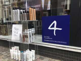 Formand for Danmarks Organisation for Selvstændige Frisører og Kosmetikere, Connie Mikkelsen, mener, at det er et skilt noget lignende det her, som bør være sat op i landets frisørsaloner. Så kunderne kan se, om man er uddannet eller ej.
