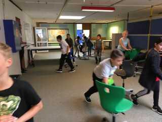 På Kvaglund-skolen i Esbjerg har 4. årgang rykket rundt i klasseværelserne for at skabe bedre plads til projekter - vægge er væltet og bordene er rykket ud til siderne, mens eleverne og de rullende stole har masser af plads i midten af rummet.