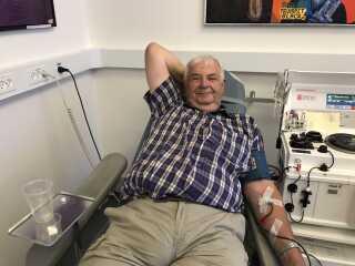 Ved siden af Lars Kjærgaard ligger Anders Peter Rasmussen og donerer blod for 234. gang.