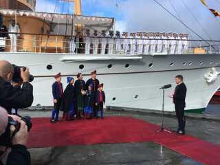 Kronprinsfamilien, alle i den færøske nationaldragt, netop ankommet til Tórshavn på Færøerne.
